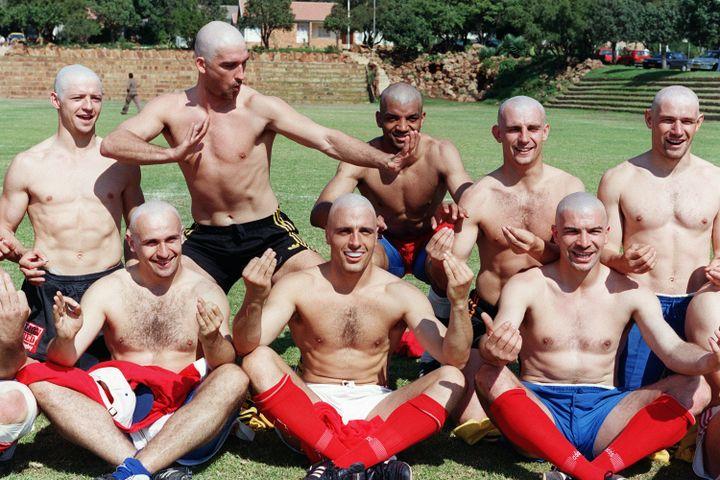 Philippe Saint-André (en bas à gauche) et les trois-quartsde l'équipe de France s'étaient rasés le crâne pour débuter la Coupe du monde 1995 en Afrique du Sud. (JEAN-PIERRE MULLER / AFP)