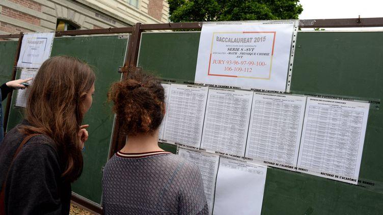 Résultats du baccalauréat affichés devant un lycée de Rennes (Ille-et-Vilaine), le 7 juillet 2015. (MAXPPP)