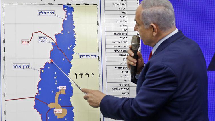 Le Premier ministre israélien Benyamin Nétanyahou, le 10 septembre 2019 à Tel-Aviv, montre une carte de la vallée du Jourdain, qu'il s'engage à annexer s'il est réélu lors des élections législatives du 17 septembre 2019. (MENAHEM KAHANA / AFP)