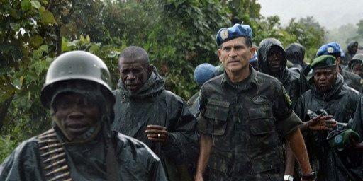 Région de Chanzu, à 80 km au nord de Goma, capitale régionale de la région orientale du Nord-Kivu,le 5 novembre 2013. Au second plan, lecommandant de la région, legénéral congolaisBahuma Ambamba et legénéral de la Monusco, le Brésilien Carlos Alberto Dos Santos. (AFP PHOTO / junior D. Kannah)