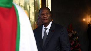 Le président ivoirien AlassaneOuattara attendant son homologue guinéen le 25 avril 2019 au palais présidentiel à Abidjan, la capitale économique ivoirienne. (ISSOUF SANOGO / AFP)