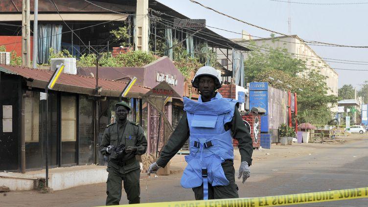 Des policiers maliens montent la garde à Bamako, la capitale, après l'attaque d'un restaurant, qui a fait cinq morts, samedi 7 mars 2015. (HABIBOU KOUYATE / AFP)