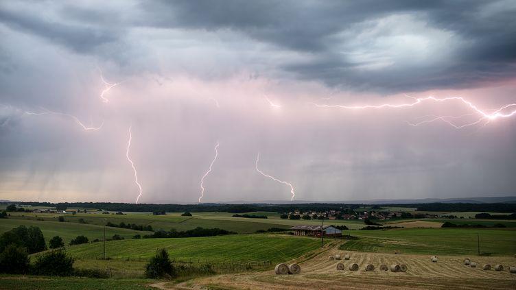 Un orage à Gendrey (Jura), le 30 mars 2015. (XAVIER DELORME / BIOSPHOTO / AFP)