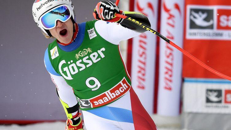 Marco Odermatt lève le poing après sa grande performance sur le Super-G de Saalbach (Autriche) dimanche 7 mars. (HELMUT FOHRINGER / APA)
