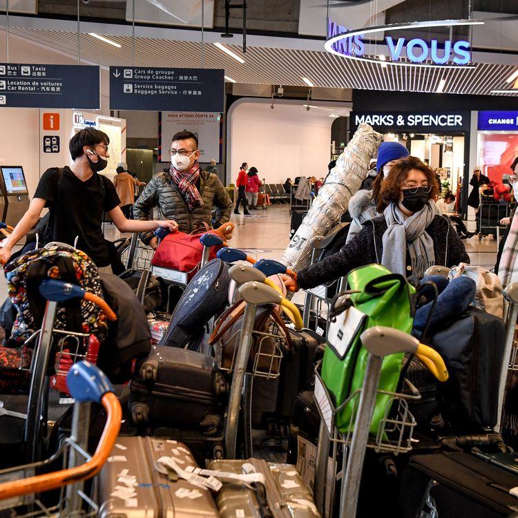 Des passagers en provenance de Chine dans un terminal de l'aéroport Roissy-Charles de Gaulle, le 26 janvier 2020. (ALAIN JOCARD / AFP)