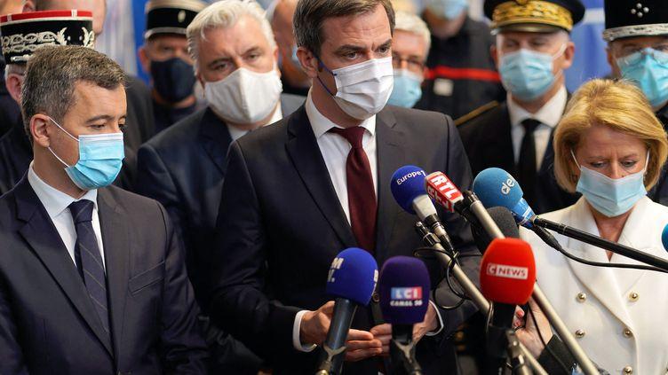 Le ministre de la Santé Olivier Véran en visite dans un centre de vaccination à Boulogne-sur-Mer, avec le ministre de l'Intérieur Gérald Darmanin et la maire de la ville Brigitte Bourguignon, le 7 mars 2021. (SYLVAIN LEFEVRE / HANS LUCAS / AFP)