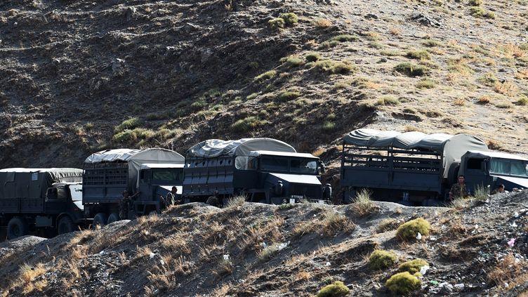 Des troupes algériennes, en Kabylie, le 23 septembre 2014, recherchent les ravisseurs d'Hervé Gourdel. (FAROUK BATICHE / AFP)