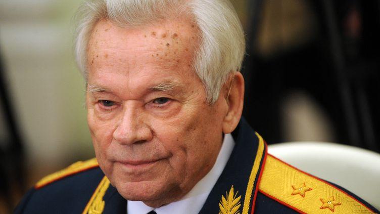 Mikhaïl Kalachnikov, l'inventeur russe du fusil d'assaut AK-47 le jour de ses 90 ans, le 10 novembre 2009. (NATALIA KOLESNIKOVA / AFP POOL)