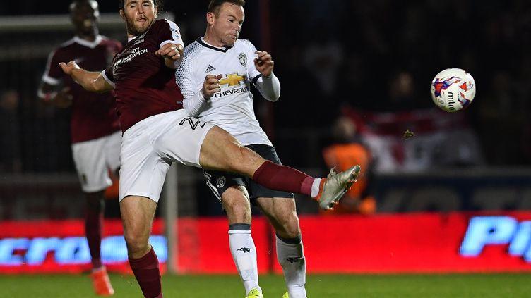 Wayne Rooney en difficulté dans la défense de Northampton