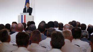 Emmanuel Macron le 18 octobre devant des policiers et gendarmes à l'Elysée. (PHILIPPE WOJAZER / AFP)
