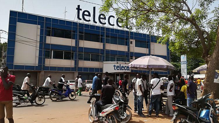Le siège de la société Telecel Faso, entreprise burkinabée de télécommunications, à Ouagadougou, l'un des trois opérateurs avec Orange et Onatel. (ANNE MIGNARD / RADIOFRANCE)