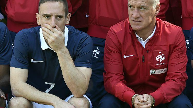Franck Ribéry et Didier Deschamps posent pour la photo de groupe de l'équipe de France, à Clairefontaine (Yvelines), le 6 juin 2014. (FRANCK FIFE / AFP)