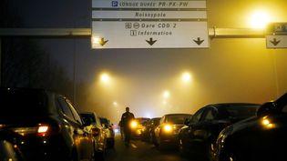 Les VCT ont bloqué les abords de l'aéroport de Roissy, le 23 décembre 2016. (PATRICK KOVARIK / AFP)