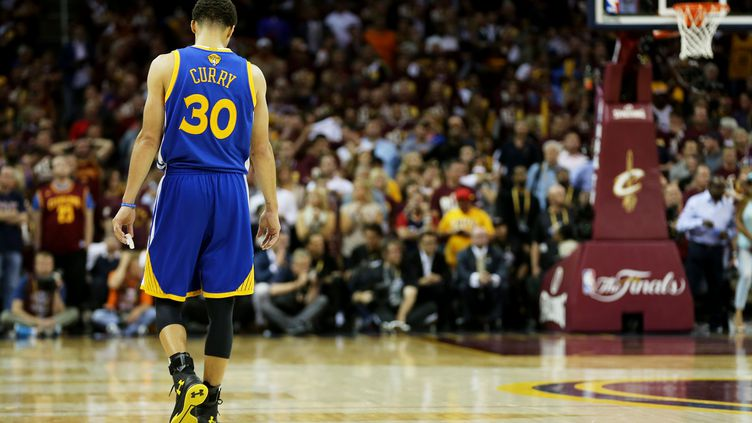 Stephen Curry vient de connaître la défaite avec les Warriors après huit mois d'invincibilité en saison régulière (MIKE EHRMANN / GETTY IMAGES NORTH AMERICA)