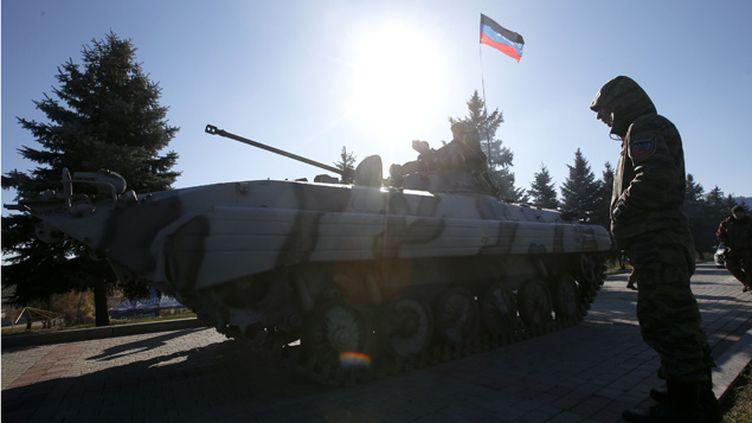 (Des séparatistes pro-russes défilent à Donetsk le 25 octobre  © REUTERS/Maxim Zmeyev)