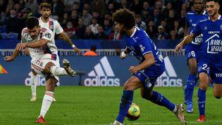 Bruno Guimaraes et les Lyonnais affrontent Troyes lors de la 7e journée de Ligue 1. (JEAN-PHILIPPE KSIAZEK / AFP)