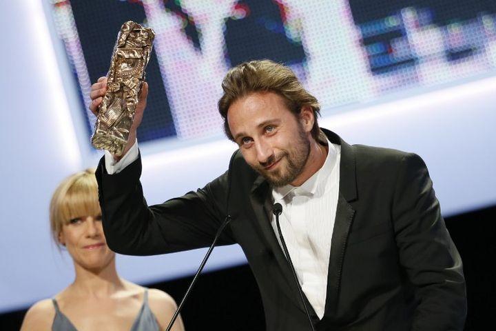 Le comédien belgeMatthias Schoenaerts reçoit le César du meilleur espoir masculin, vendredi 22 février 2013 à Paris. (PATRICK KOVARIK / AFP)
