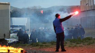 Des surveillants bloquent la ptrison de la Farlède, le 22 janvier 2018 à Toulon (Var). (MAXPPP)