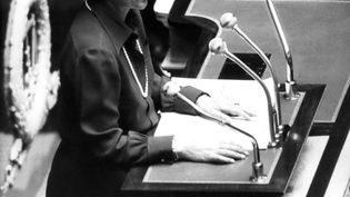 Simone Veil, le 26 novembfre 1974, à la tribune de l'Assemblée nationale pour défendre un texte dépénalisant l'interruption volontaire de grossesse. (MAXPPP)