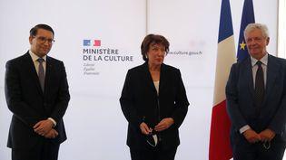 La ministre de la Culture Roselyne Bachelot (au centre) lors de la passation de pouvoir pour la direction de l'Opéra de Paris entre Stéphane Lissner (à droite) et Alexander Neef (à gauche). (FRANCOIS MORI/AP/SIPA / SIPA)