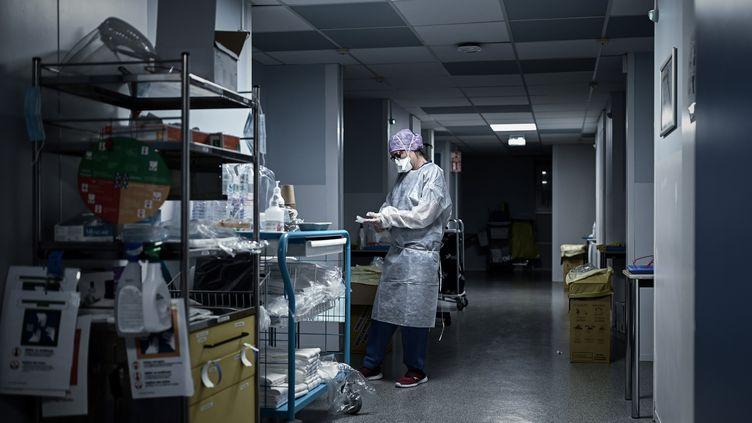 Une soignante au service de soins Covid-19 de la Polyclinique Jean Villar à Bruges, le 3 décembre 2020. Photo d'illustration. (PHILIPPE LOPEZ / AFP)