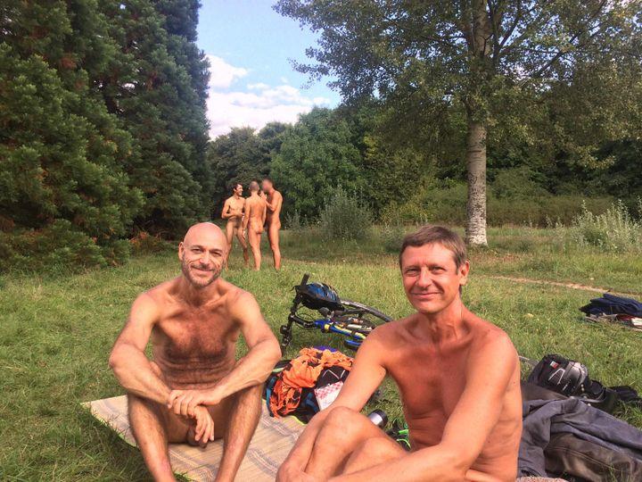 Jean-Jacques (à gauche) et Gérard (à droite), le 31 août à Paris. (FRANCEINFO)