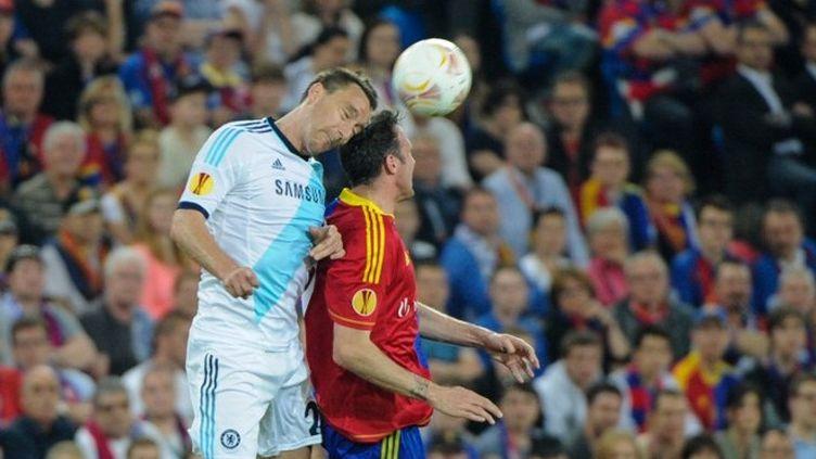 Le joueur de Chelsea Ivanovic prend le dessus sur le joueur de Bâle (SEBASTIEN BOZON / AFP)
