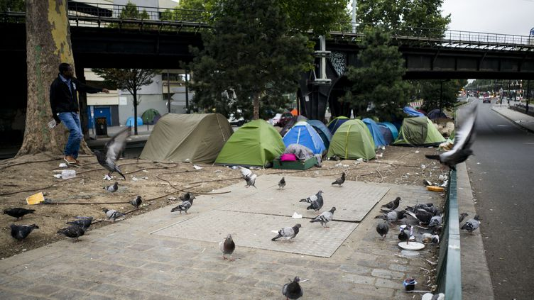 Des migrants installés à la porte de la Chapelle, dans le Nord deParis, en juillet 2017.  (MATTHIEU ROSIER / MAXPPP)