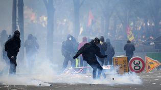 Un casseur pendant la manifestation du 1er mai 2018 à Paris. (ALAIN JOCARD / AFP)