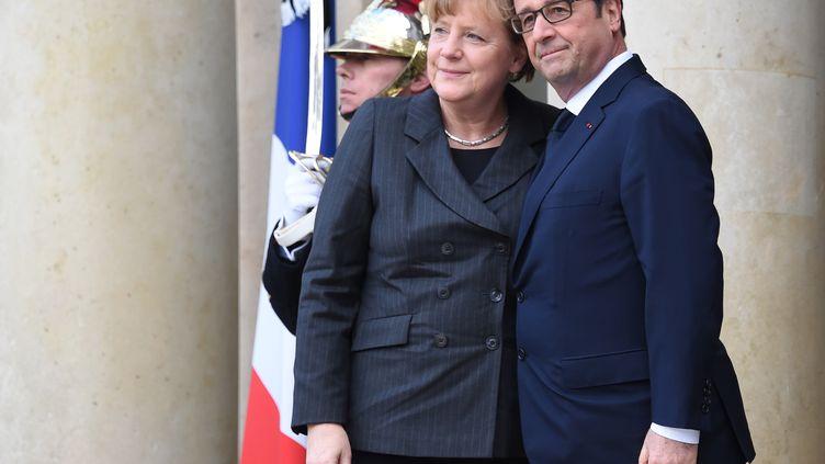 Angela Merkel et François Hollande sur le perron de l'Elysée, le 11 janvier 2015, à Paris. (DOMINIQUE FAGET / AFP)