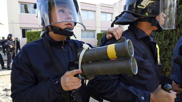 Un policier pointe un Flash-Ball, lors d'un exercice, à Nîmes (Gard), le 5 novembre 2014. (PASCAL GUYOT / AFP)