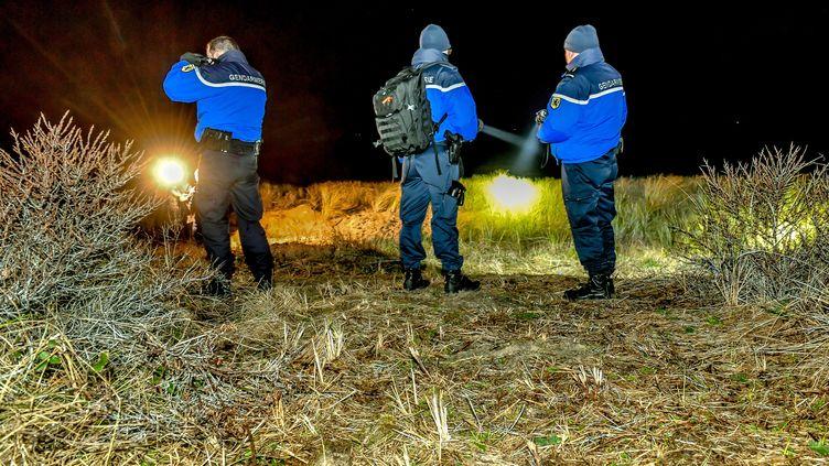 Desgendarmespatrouillent àOye-Plage (Pas-de-Calais), le 9 janvier 2019. (PHILIPPE HUGUEN / AFP)