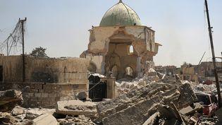 Les restes de la mosquée Al-Nouri de Mossoul (Irak), le 29 juin 2017, une semaine après sa destruction par le groupe Etat islamique. (AHMAD AL-RUBAYE / AFP)