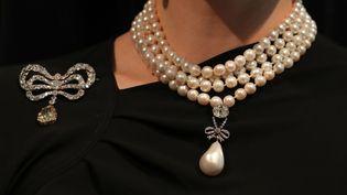 Bijoux ayant appartenu à Marie-Antoinette aux enchères chez Sotheby's à Genève.  (Daniel LEAL-OLIVAS / AFP)