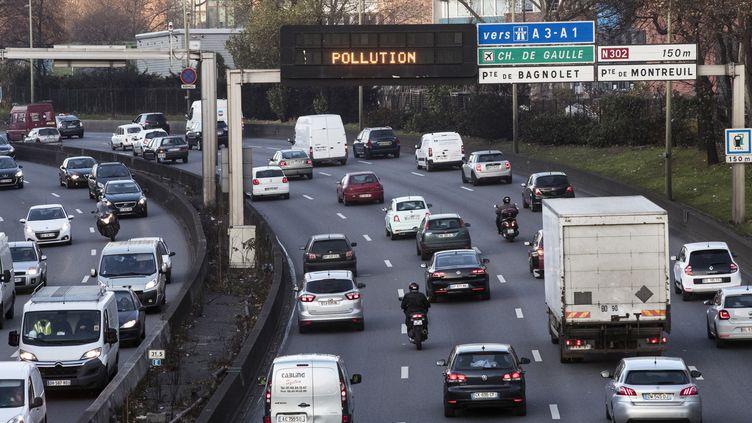 Lors d'un épisode de pollution, sur le périphérique parisien, le 9 décembre 2016. (MAXPPP)