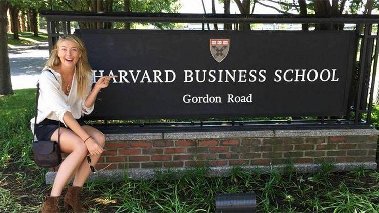 Maria Sharapova a posé devant l'enseigne de Harvard