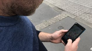 Un jeune homme consulte une application sur son smarphone (illustration). (SIXTINE LYS / RADIOFRANCE)