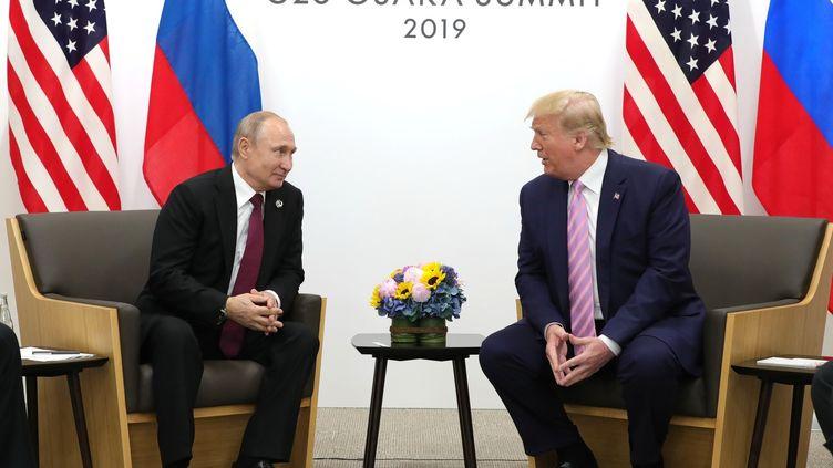 Le président américain, Donald Trump, avec le président russe Vladimir Poutine, lors du premier jour du sommet du G20 à Osaka (Japon), le 28 juin 2019. (KREMLIN PRESS OFFICE / HANDOUT / ANADOLU AGENCY / AFP)