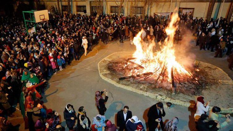 Les zoroastriens iraniens autour du feu pour célébrer le festival annuel de Sadeh, le 30 janvier 2015. (Atta Kenare/AFP)