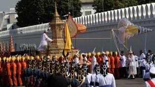 Jeudi matin, une immense procession emmenée par le nouveau roi Maha Vajiralongkorn, en costume militaire d'apparat rouge, a permis d'amener l'urne royale jusqu'au gigantesque site de la crémation. (KEREK WONGSA / REUTERS)