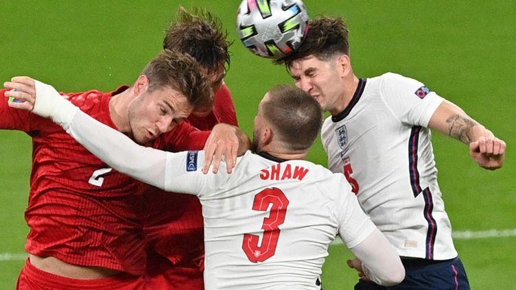 Les Danois et les Anglais se disputent le ballon, le 7 juillet 2021 à Londres (Royaume-Uni). (JUSTIN TALLIS / AFP)