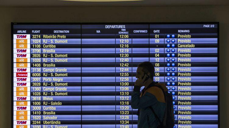 Touriste en transit dans un aéroport brésilien. (MIGUEL SCHINCARIOL / AFP)