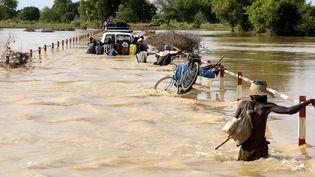 Ces spectaculaires inondations ont eu lieu dans l'Oudala, une des 45 provinces du pays. Le bilan s'est encore alourdi en 2018 avec 18 décès, 8.000 sans-abris, 9.000 habitations détruites, enregistrés par le Conseil national de secours d'urgence et de réhabilitation (Conasur). La capitale Ougadougou déplore à elle seule 9.000 sinistrés, toujours d'après les statistiques de Conasur. Pour leur venir en aide, de la nouvrriture et du matériel sont fournis par l'Etat aux sinistrés. En 2009, le budget consacré à cette aide était de 65,82 millions de Francs CFA (100.000 euros). L'aide est passée à 278,85 millions (423.000 euros), selon Consasur. (PHILIPPE ROY / Aurimages)