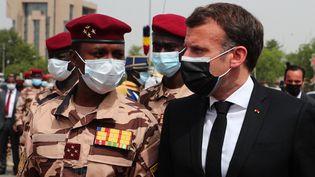 Emmanuel Macron avecMahamat Idriss Déby, nouvel homme fort du Tchad, le 23 avril 2021 à N'Djamena (Tchad), lors des funérailles d'Idriss Déby. (CHRISTOPHE PETIT TESSON / AFP)