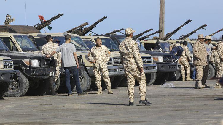 Les forces du gouvernement d'union nationale (GNA) s'installent à Tajura, une banlieue côtière de la capitale libyenne, Tripoli, le 6 avril 2019. (MAHMUD TURKIA / AFP)