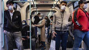 Des passagers portent des masques ou des visières contre le Covid-19 dans le métro d'Istanbul, en Turquie, le 27 mai 2020. (YASIN AKGUL / AFP)