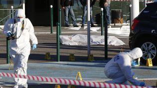 """Des hommes de la police scientifique relèvent toutes les traces après l'assassinat d'Antoine Quilichini, dit """"Tony le Boucher"""", vers l'aéroport de Bastia (Corse), le 5 décembre 2017. (PASCAL POCHARD-CASABIANCA / AFP)"""