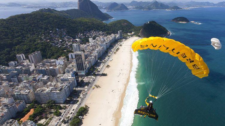"""Le pilote suisse Yves Rossy, surnommé """"Jetman"""", survole Rio de Janeiro (Brésil), le 2 mai 2012, grâce à son aile rigide. (JOHN PARKER / BREITLING / AFP)"""