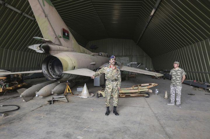 La base aérienne Al-Watiya renfermait armes et munitions selon le porte-parole du GNA. On y voit aussi de vieux avions de chasse en partie démontés. (HAZEM TURKIA / ANADOLU AGENCY)