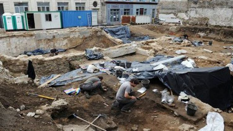 Des archéologues dégagent un mausolée des IV-Ve siècles à Limoges (5-7-2012)  (AFP - Pascal Lachenaud)